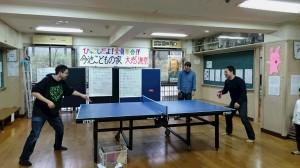卓球を楽しむOBの男性たち